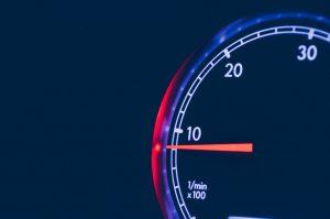 Schwankt der Drehzahlmesser kommt es zu unruhigem Leerlauf des Motors.