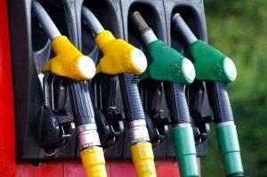 Auch bei Discountern kann man günstig tanken, sogar an Tankautomaten.