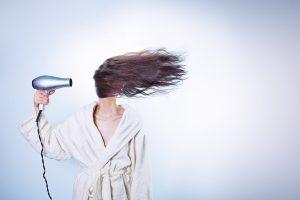 Die Haare ohne Föhn zu trocknen schont die Haare, die Umwelt und den Geldbeutel.